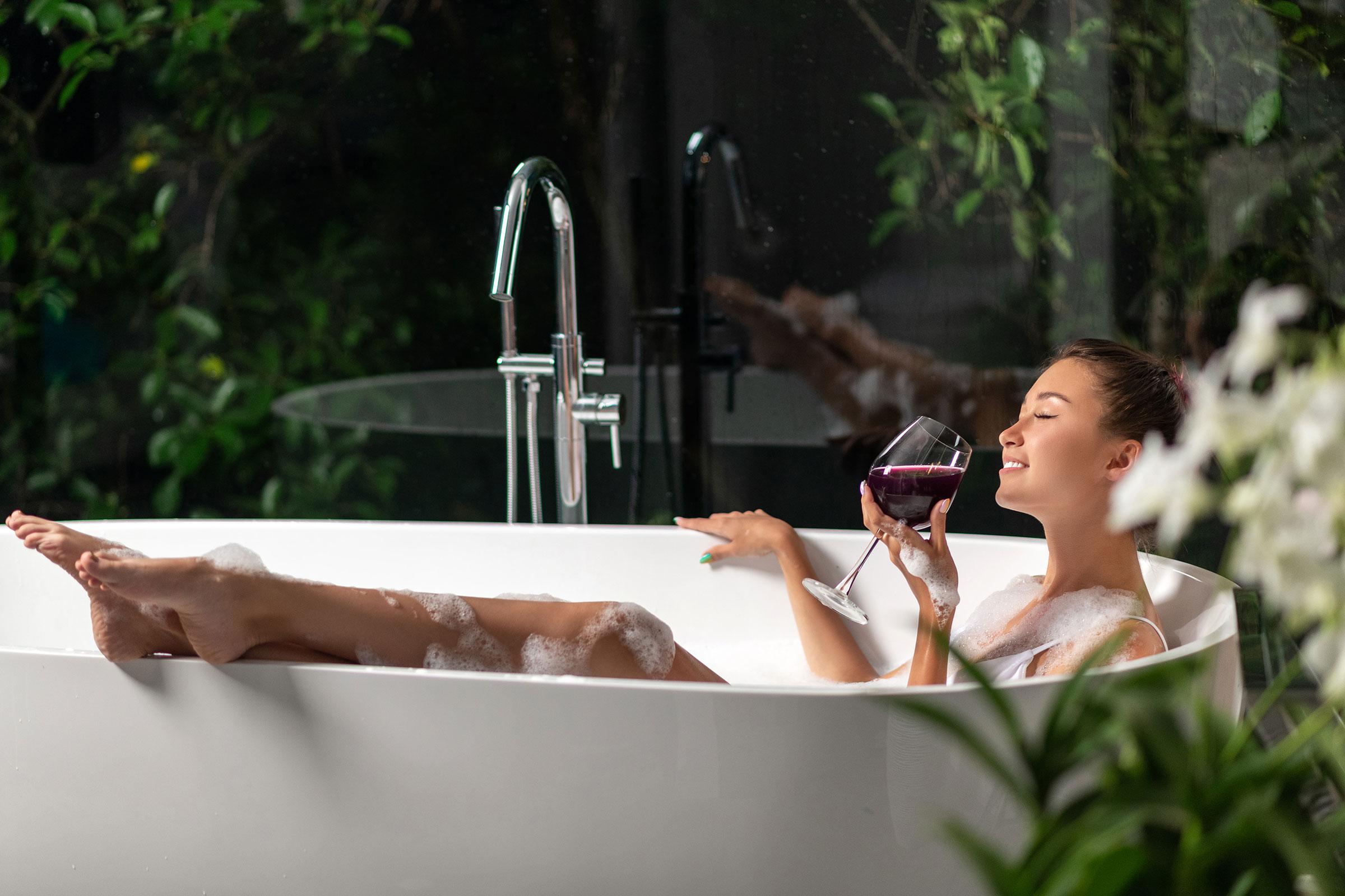 Вземане на вана с чаша вино